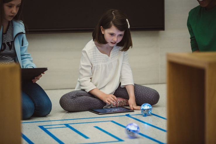 swift_playgrounds_children_playing_robots.jpg